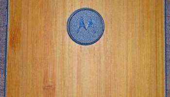 Houten Motorola Moto X+1 poseert voor camera