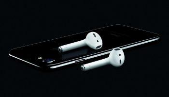 Label op gitzwarte iPhone 7 en 7 Plus laat los bij opplakbare skins